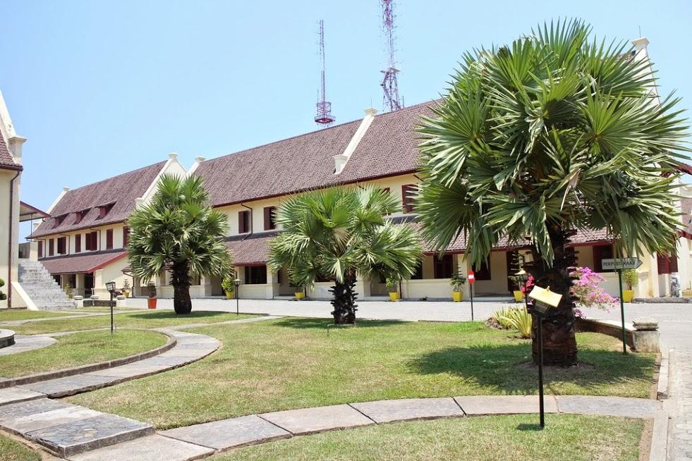 Exercice, produit scalaire, angle, calcul, distance, ensemble de points, première, Fort Rotterdam, Makassar