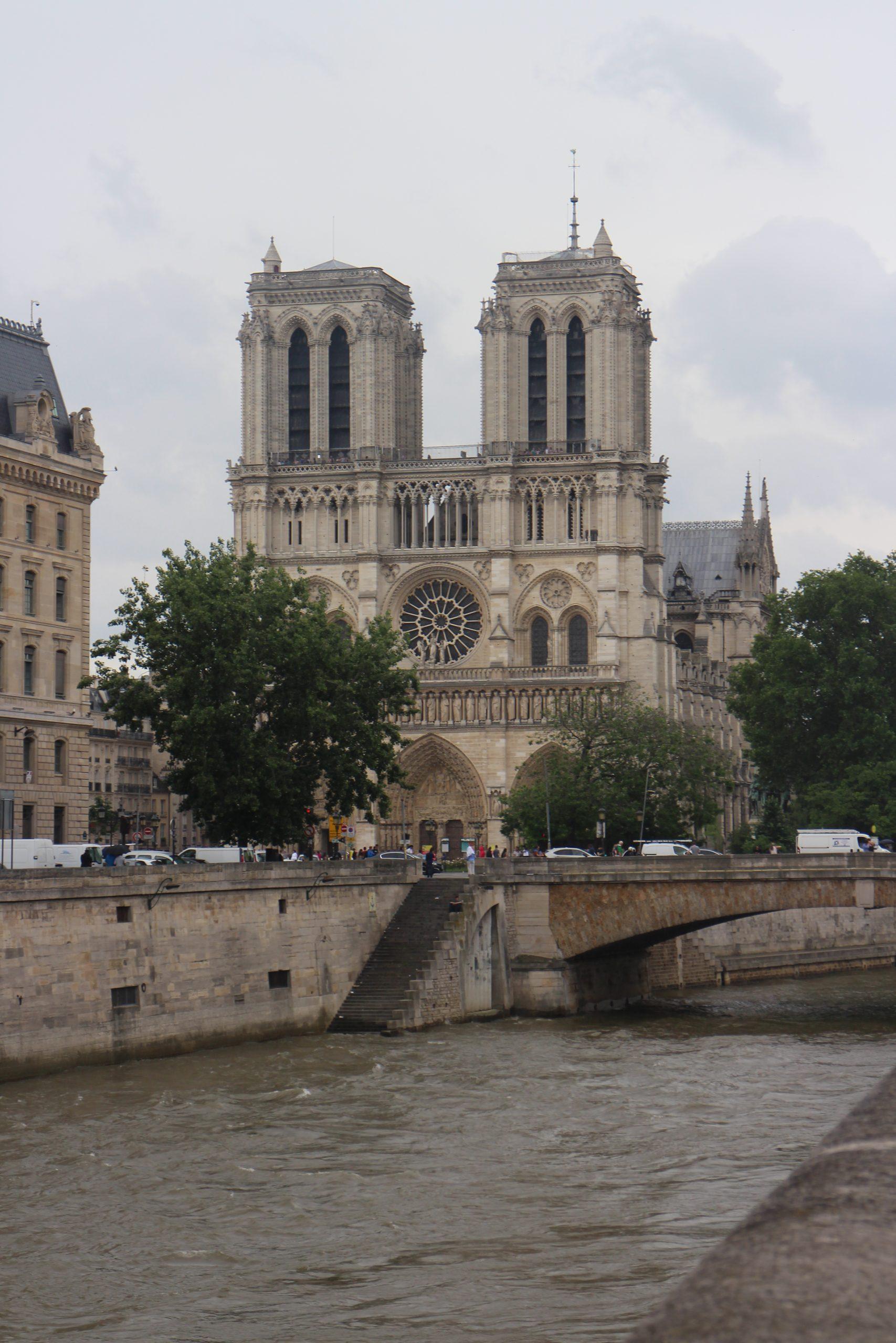 Géométrie 2D, équations cartésiennes de cercles et droite, première, Notre-Dame de Paris